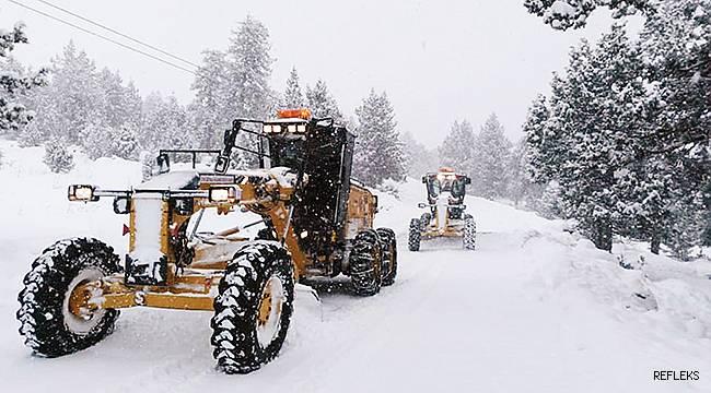 Mersin'de kar yolları kapattı