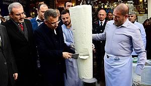 Cumhurbaşkanı Yardımcısı Oktay, satırla dondurma kesti