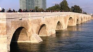 Kız çocuğu köprüden atlayıp kayboldu