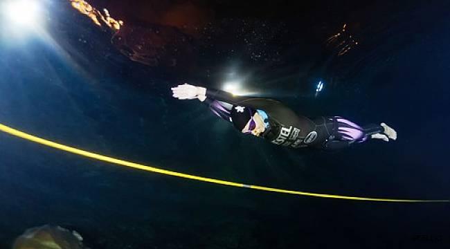 Mağarada daldı, tek nefeste 100 metre gitti, dünya rekoru kırdı
