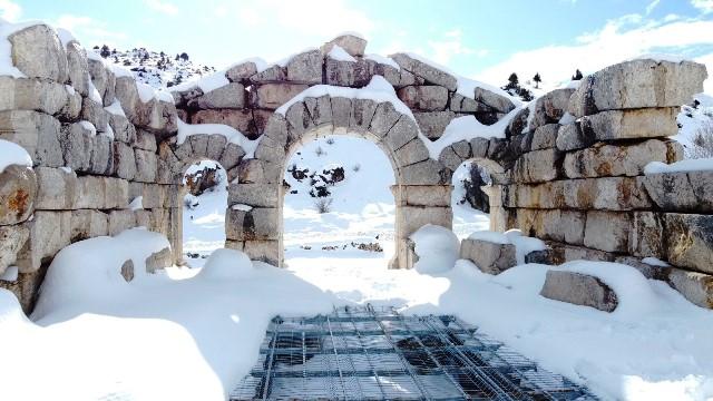 Adana'nın kuzey ilçesinde eşsiz kar manzarası havadan görüntülendi