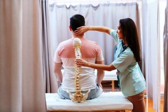 Bel fıtığı hastaları 6 saat sonra yürüyebiliyor