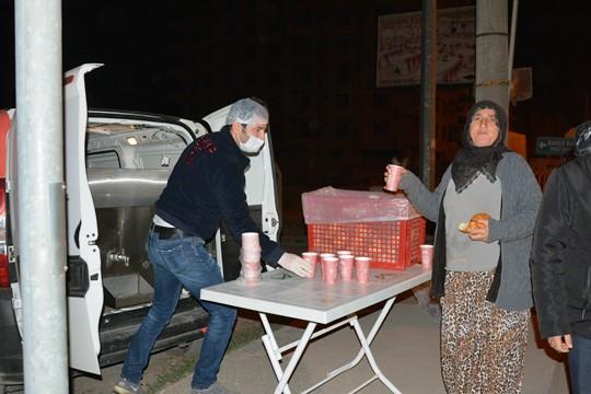 Büyükşehir Belediyesi, 7 noktada tarım işçilerine çorba dağıtıyor